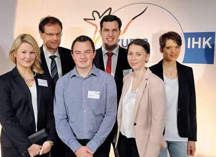 Die bundesbesten Prüflinge aus Ostwestfalen: Ann-Christin Borgmeier, IHK-Geschäftsführer Swen Binner, Manuel Böhle, Tobias Küfner, Antonia Pieper, Astrid Wieneke (von links). Auf dem Foto fehlt Janina Klahold.