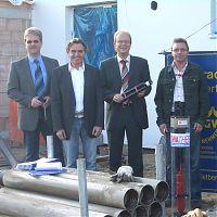 von links: Herr Ralf Stükerjürgen (Firmenchef), Herr Dieter Sonntag (Planer der Häuser), Herr André Kuper (Bürgermeister von Rietberg) und Herr Jörg Drescher (Prokurist der Wassertechnik)